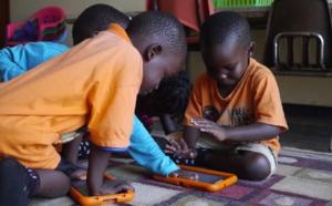 Niños de Uganda, con las tabletas. Fuente: Curious Learning.