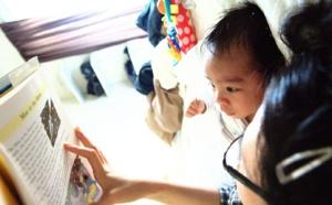 Responder a los balbuceos de un bebé mientras se le lee un libro potencia su aprendizaje