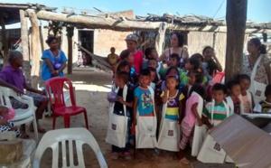 El Instituto Caro y Cuervo colombiano da material escolar a niños wayuu